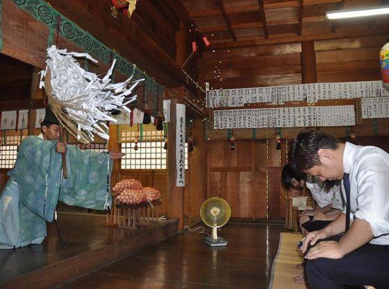 温泉に浮かぶヒノキの卵は、安産・子宝・家庭円満の願いを籠めて祈祷されました