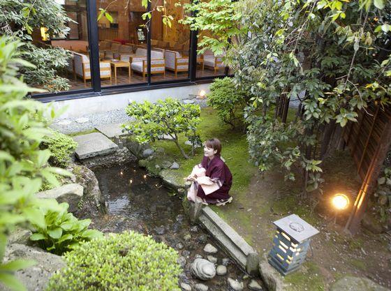 滝の音の心地良い日本庭園では四季の景色が移ろいます