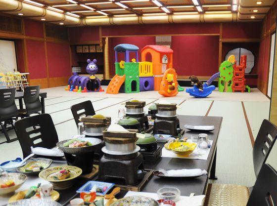 夏休みには子供がはしゃいでも安心の遊具付きの会食場をご用意