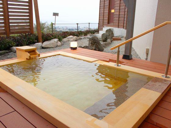家族湯(有料)は、内湯の石風呂と露天の檜風呂があり