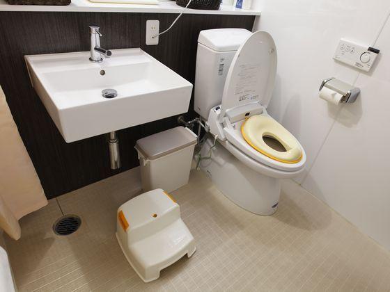 オムツ用バケツ、補助便座、洗面には専用踏み台もご用意