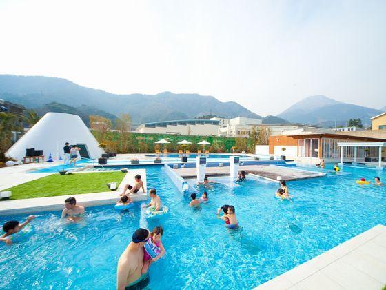 水着で楽しむ露天型温泉施設「ザ アクアガーデン」