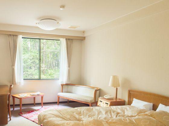 広いベッドと可愛いラグで過ごしやすい空間です。