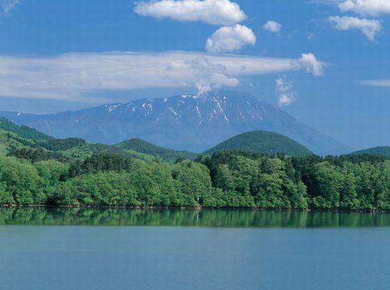 ホテル側の御所湖からのぞく岩手山です