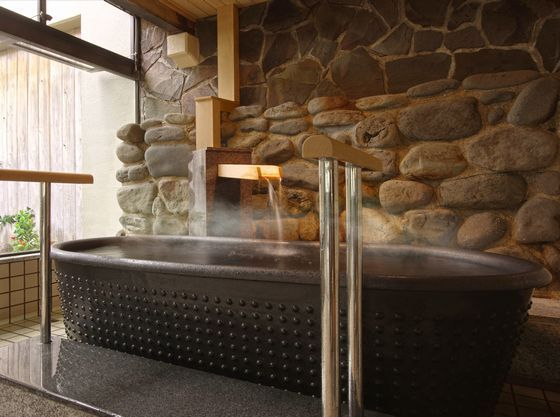 岩手の工芸品で有る南部鉄器を模した陶器風呂等6趣の浴槽があります