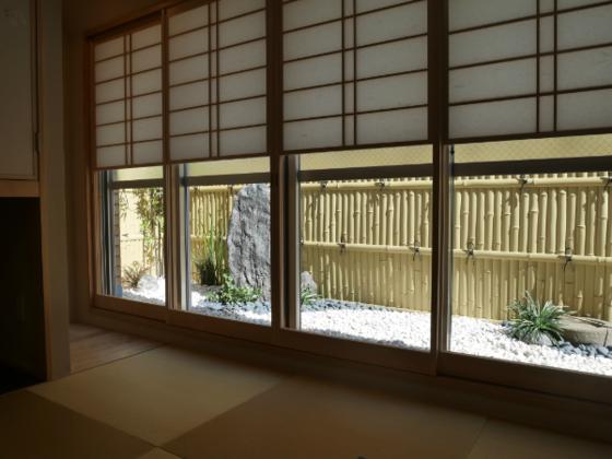 純和風の石庭付き客室も有。雪見障子で座ったまま庭を堪能できる