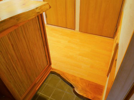 けやきの上り框に下駄箱天板もけやき。和の質感を楽しめる室内