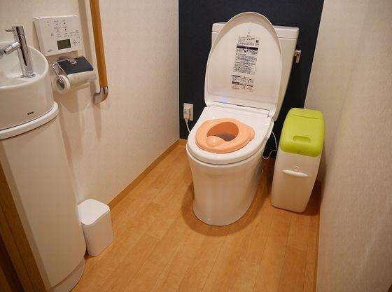 子供用便座も貸出あり。トイレにはウォシュレット、手すり付
