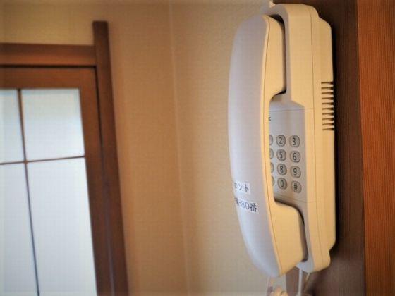 内線電話も壁掛けで乳幼児のお子様の手の届かないところに設置。
