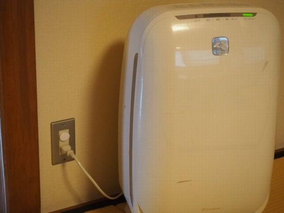 お部屋には空気清浄機を設置。