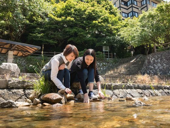 すぐ真下には、水辺の広場があり、川遊びもできます。