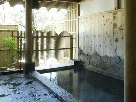露天風呂は、大寧寺川に面しています。夏には、カジカの鳴く声と川のせせらぎが癒します。