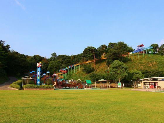 巨大なローラーコースターが目印の長門市総合公園。大きな芝生広場もあり、親子で楽しめます。