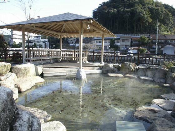 湯本温泉賀街の河川公園にある足湯です。