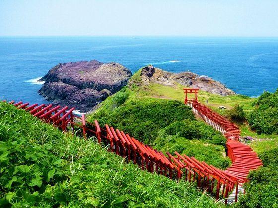 長門市で一番人気のある観光スポット「元乃隅稲成神社」まで車で約35分