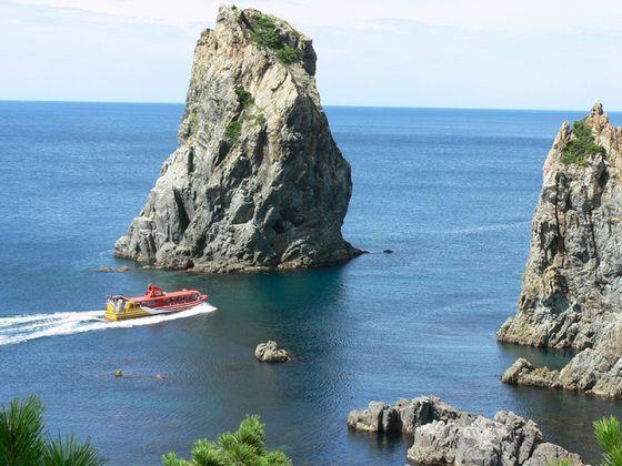 青海島観光遊覧船は、海上アルプスと呼ばれる青海島を周遊します。