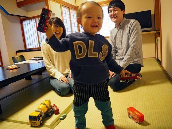 ほ〜ら、お子様も楽しそうです。おもちゃを手に大はしゃぎ!