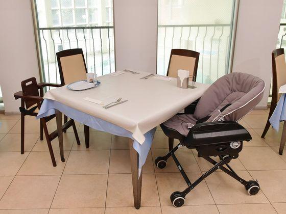 赤ちゃん用の椅子を用意。パパ・ママもゆっくりとお食事を♪
