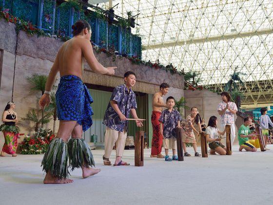 パーク内で開催の体験プログラムでダンサーと触れ合いを。