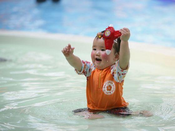 赤ちゃんのプールデビューを応援します。