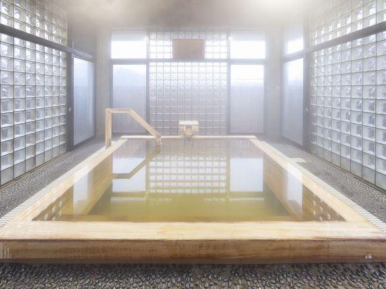 落ち着いた雰囲気のヒノキ風呂。硫黄泉のかけ流しです。