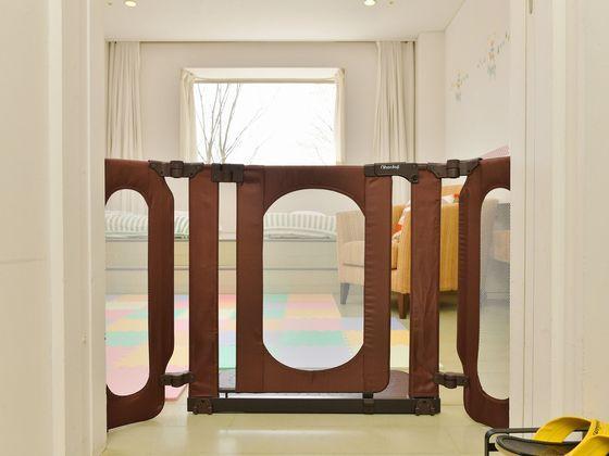 お部屋の入口にはゲートを設置。