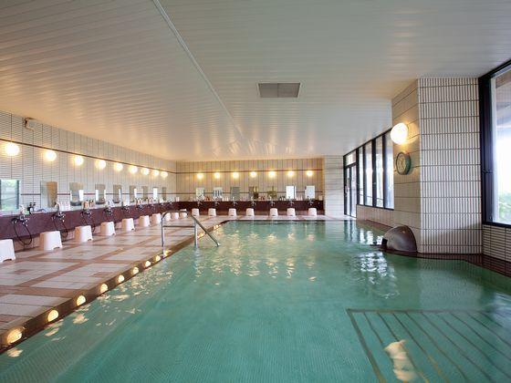 広々とした内風呂は沸かし湯でゆっくり寛げる