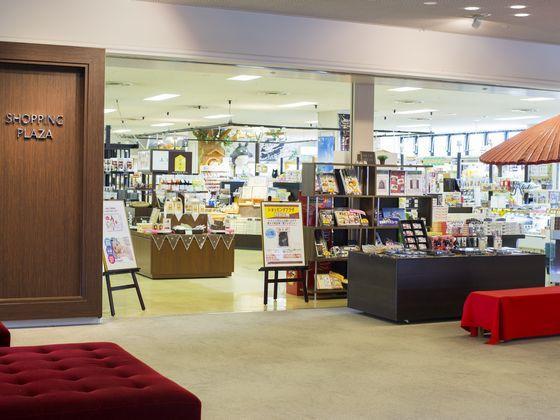 お子様グッズ&UFOキャッチャーなど、お土産も含めて品数豊富なショッピングプラザ