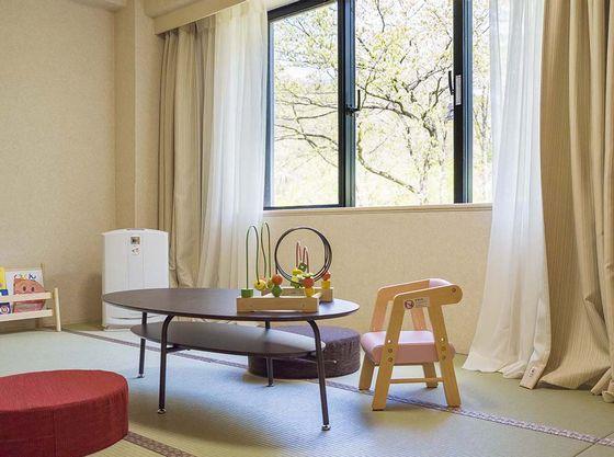 子供に優しいお子さま用のイスや加湿空気清浄機をご用意しております。