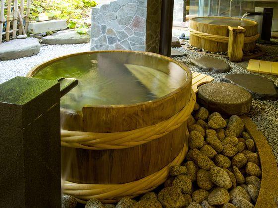 温泉をひとりじめできる露天の樽風呂もございます