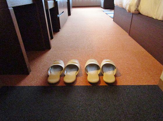 赤ちゃんが安心してハイハイできるよう靴を脱いでいただきます