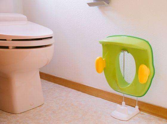 【トイレ】お子さま用の補助便座もございます