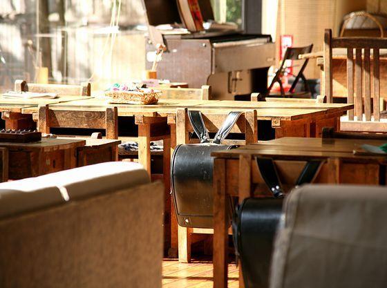 昭和の小学校の教室が再現されたロビーラウンジ