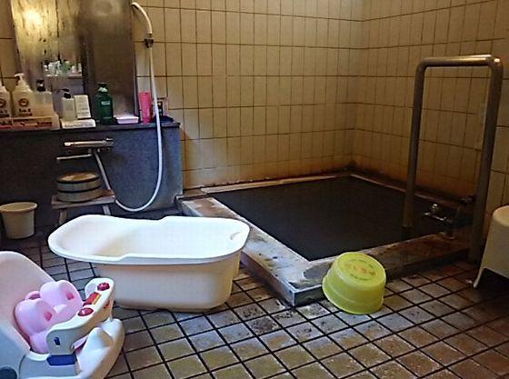 源泉かけ流しの貸切家族風呂(無料)には、ベビーバス、チェアをご用意。