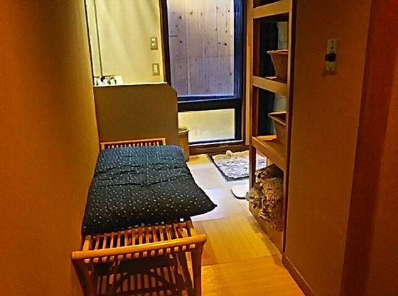 貸切家族風呂には、長座布団もご用意。赤ちゃんのお着替えなどにご使用ください。