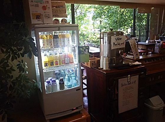 ロビーに冷たいお水(無料)や、牛乳・りんごジュースなどのドリンク(有料)をご用意しております。