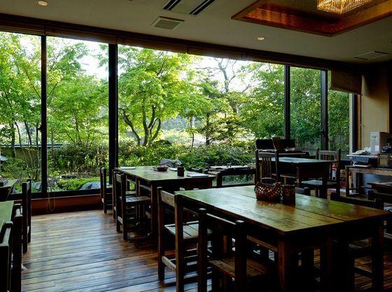 昭和時代の小学校の教室を再現したロビーラウンジ。解放感溢れる窓からは、四季折々の季節感をお楽しみいただけます。