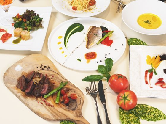夕食はレストランでのお食事。季節ごとにメニューが変わります。