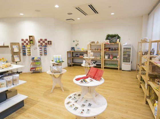 ショップにはアレルギー対応のお菓子や地元で作られているおもちゃや雑貨を販売。