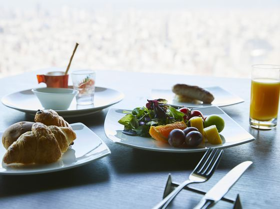 ホテル最上階で朝食ビュッフェをお楽しみください