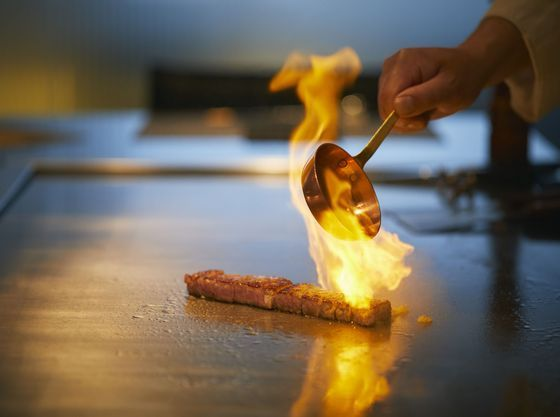 ホテルの鉄板焼で贅沢なディナーもお楽しみいただけます