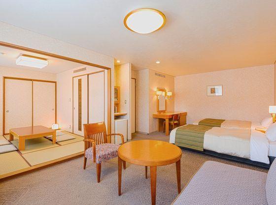ゆったりとした空間の洋室と和室を備えたファミリールーム