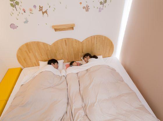 赤ちゃんプランハピネスルームのベッドはキングサイズのローベッド、ゆったりとお休みいただけます。