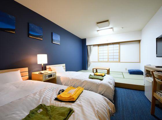 和洋室はローベッドをご用意。ベッドガードも手配可能。添い寝でも安心