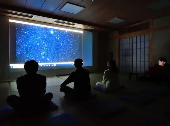 スターウォッチングではガイドが分かりやすく星空を案内