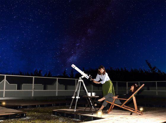屋上の星空テラスで天体観測を楽しんで