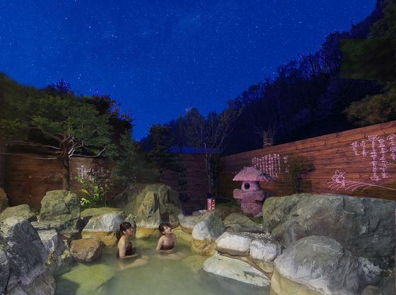 夜空に輝く星を眺めながら露天風呂を楽しんで