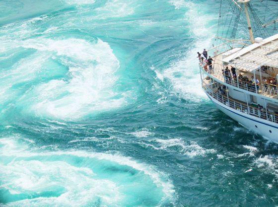 大迫力の渦潮を大型帆船でクルーズ見学!【うずしおクルーズ】