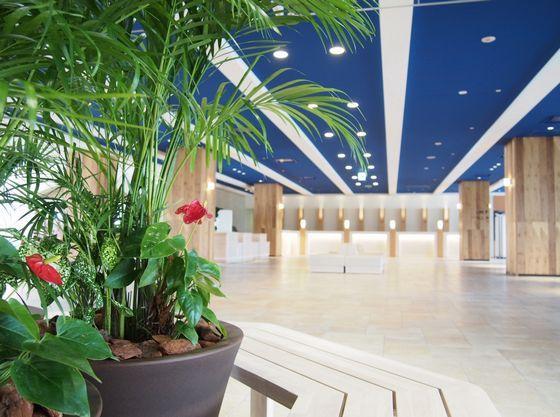 アイランドリゾートをコンセプトにした青い天井が印象的なロビー