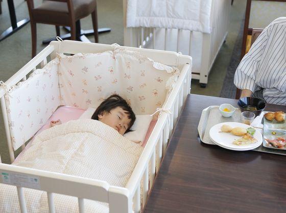 食事中にお子様が寝てしまっても安心。ベビーベッド完備。